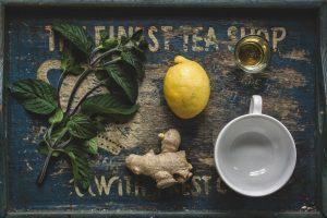 Ingwertee mit Zitrone auf Tablett